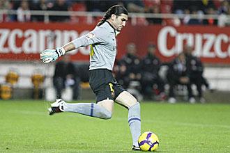 Jos� Manuel Pinto se dispone a golpear el bal�n durante el Sevilla-Barcelona de Copa del Rey de esta temporada