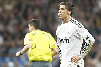 Cristiano Ronaldo 'juega' con su nuevo protector bucal en el �ltimo derbi madrile�o