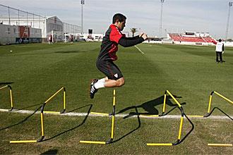 Lauranto Acosta hace un ejercicio durante el entrenamiento del Sevilla