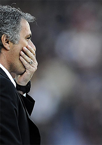 Mourinho se tapa la boca durante el Roma-Inter del pasado s�bado.