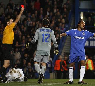 Drogba se lamenta de su expulsi�n ante el Inter.