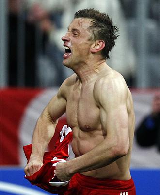 Ivica Olic celebra su tanto en el minuto 92 ante el Manchester United
