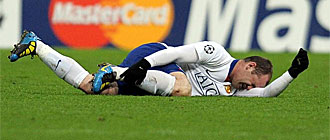 Wayne Rooney se retuerce de dolor en el c�sped del Allianz Arena.