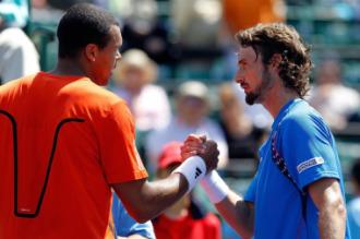Juan Carlos Ferrero saluda a Jo-Wilfred Tsonga tras finalizar el partido.