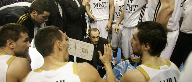 Los jugadores del Madrid conversan en un tiempo muerto ante la mirada de Messina. (FRANCESC ADELANTADO)