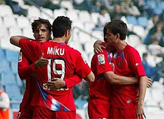 Los jugadores del Getafe celebran un gol en Riazor.
