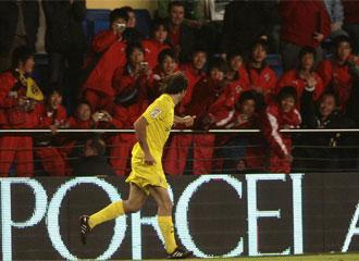 Pires selebra un gol ante el Sevilla