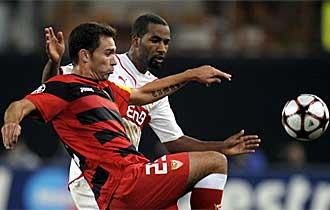 Cacau pugna con Lolo durante el Stuttgart-Sevilla de Liga de Campeones.