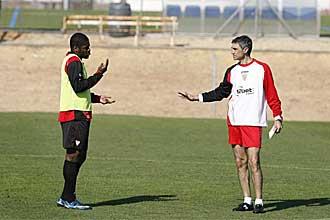 Antonio �lvarez da instrucciones a Romaric durante el entrenamiento de este jueves.