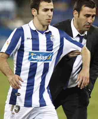 Agne coge del brazo al jugador blanquiazul Emilio S�nchez