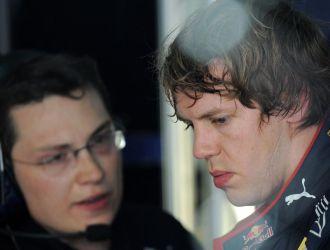 Vettel conversa con uno de sus mec�nicos despu�s de los entrenamientos