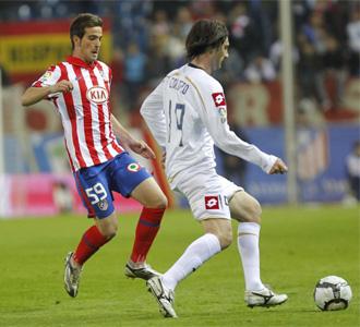 Molino lucha por un bal�n con Colotto durante el encuentro entre Atl�tico y Deportivo