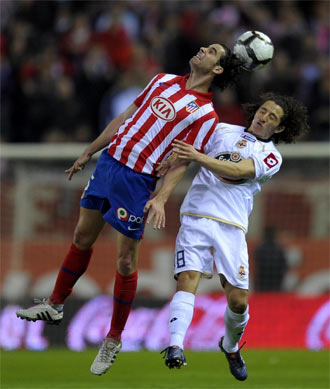 Tiago y Guardado se disputan el bal�n