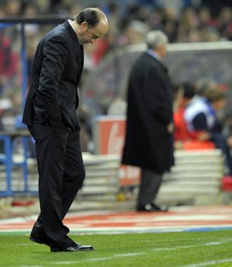 Lotina, cabizbajo, durante la derrota del Deportivo en el Calder�n.