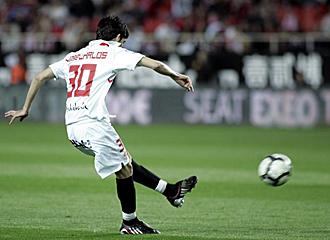 Este es el momento en el que Jos� Carlos golpea al bal�n en la falta directa que supuso el tercer gol del Sevilla al Tenerife