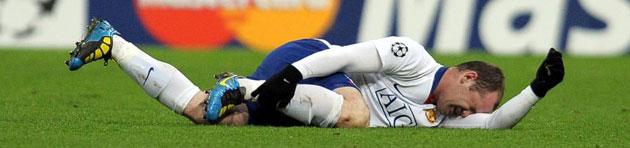 Rooney en el momento de lesionarse en el campo del Bayern