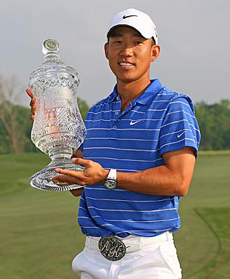Anthony Kim con el trofeo conquistado en Houston
