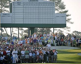 Tiger Woods entrena en Augusta ante centenares de seguidores.