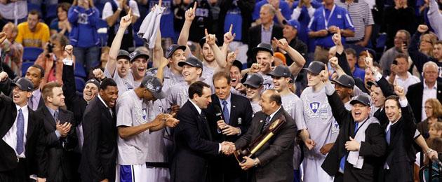 Los jugadores de Duke recogen el trofeo que les corona como campeón de la NCAA. (AFP)