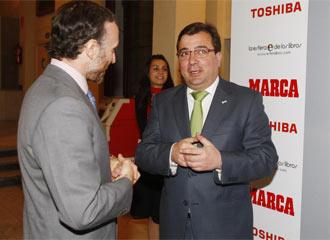 Vara (derecha) conversa con el director de Marca, Eduardo Inda