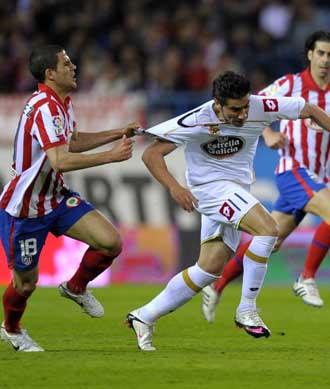 Riki se intenta escapar del estrecho marcaje del defensa del Atl�tico de Madrid