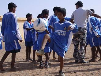 Ni�os saharauis con camisetas del Getafe