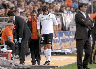 Dealbert deja el campo de juego lesionado en el partido ante el Osasuna