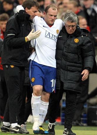 Rooney deja el campo de juego tras lesionarse