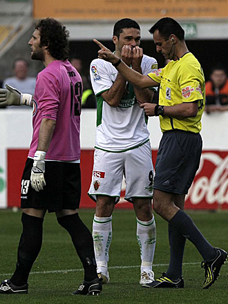 Jorge Molina, en el momento de ser expulsado por Pino Zamorano el pasado s�bado en el partido ante el Rayo