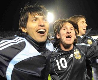 Leo Messi y Ag�ero celebrando la clasificaci�n de Argentina