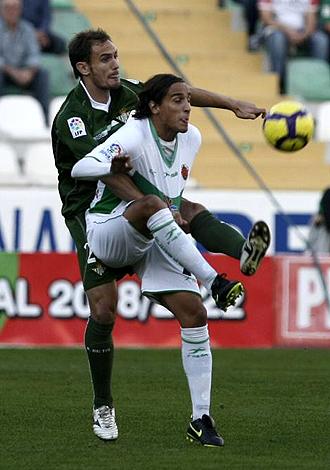 Carlos Garc�a marca por detr�s a Trejo... durante el partido del Betis ante el Elche