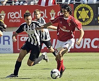 Sergio Fern�ndez, en la imagen durante el partido de la primera vuelta en La Condomina, no podr� marcar esta vez a Toch�, pues se perder� el derbi por sanci�n