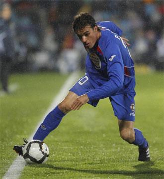 Pedro Le�n controla un bal�n durante un partido