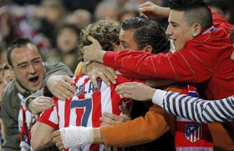Forl�n se abraza a algunos aficionados del Atl�tico de Madrid tras marcar un gol el pasado domingo ante el Deportivo de la Coru�a