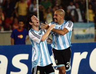 Ver�n y Messi celebran un gol con la selecci�n argentina