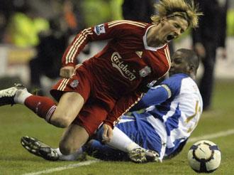 El jugador del Wigan AthleticTitus Bramble entra con dureza a Fernando Torres en un partido de la Premier League
