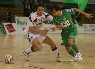 Jorge y Parrel pelean por un bal�n