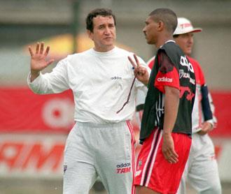 Carlos Ablerto Parreira dando instrucciones en un entrenamiento