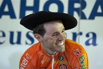 Samuel Sánchez, con la txapela tras ganar la cuarta etapa de la Vuelta al País Vasco.
