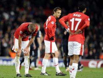 Vidic, Berbatov y Nani se lamentan en el partido frente al Bayern en Old Trafford.