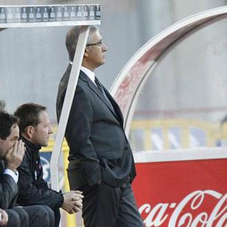 Manzano observa un encuentro apoyado en el banquillo del Ono Estadi