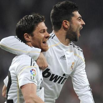 Ra�l Albiol y Xabi Alonso celebran un gol en el Santiago Bernab�u