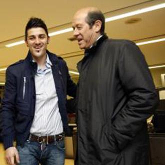 Manuel Llorente y David Villa conversan tranquilamente