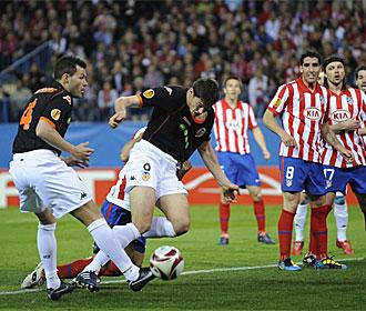 Juanito agarra a Zigic cuando el serbio se dispone a rematar.