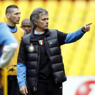 Mourinho alecciona a los suyos ante la atenta mirada de Materazzi