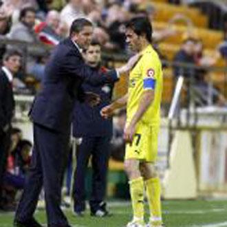 Garrido da instrucciones a Javi Venta durante el encuentro ante el Sporting