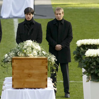 Joachim Loew y Klinsmann frente a la tumba de Enke en su homenaje