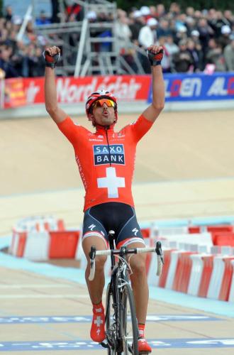 Fabian Cancellara celebra su triunfo en Roubaix.