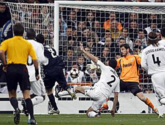 Momento en el que Casillas encajaba el gol del Lyon que supon�a la eliminaci�n europea blanca