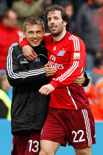 Ruud van Nistelrooy y Robert Tesche celebran la victoria de su equipo